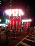 両国駅前で盆踊りをやっていた。